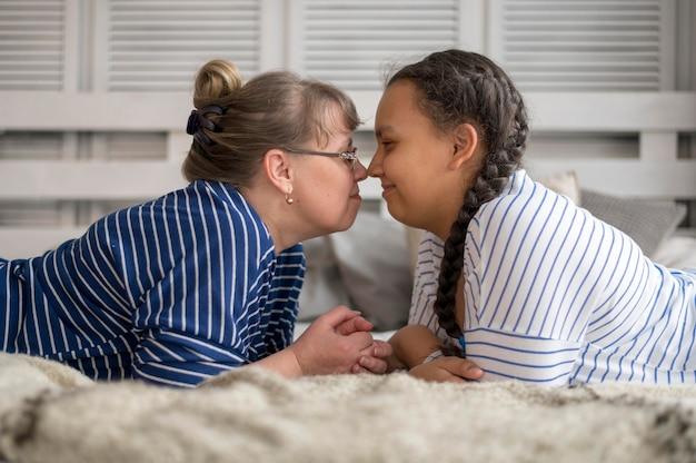 Вид сбоку мама и дочь в постели