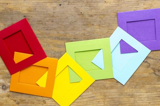 机の上の虹の折り紙