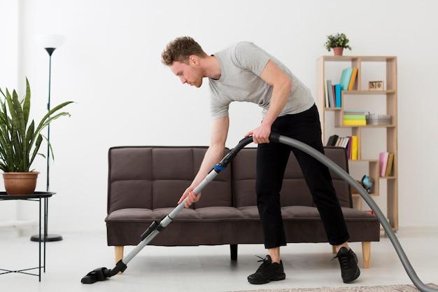 掃除機付きのハイアングル男性
