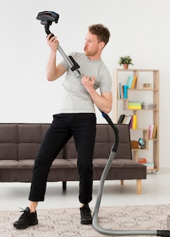 掃除しながら楽しんでいる男