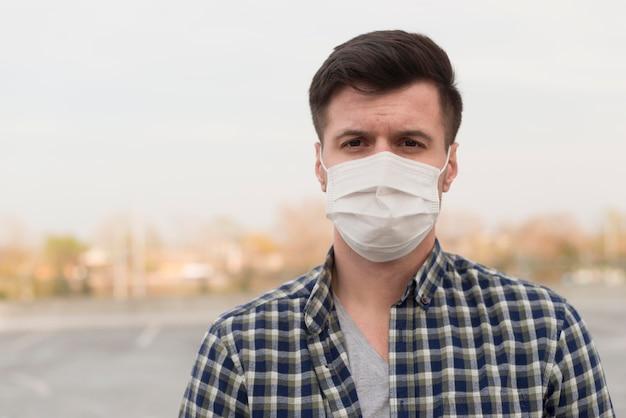 医療マスクを持つ肖像画男