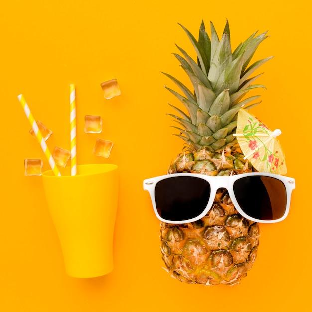 Вид сверху ананас с летним коктейлем