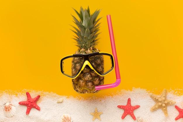 Вид сверху ананас с летними аксессуарами