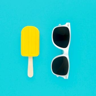 Вид сверху летние очки с мороженым