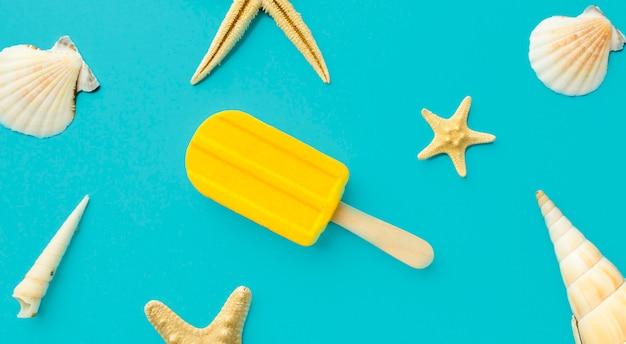 Вид сверху летнее мороженое на столе