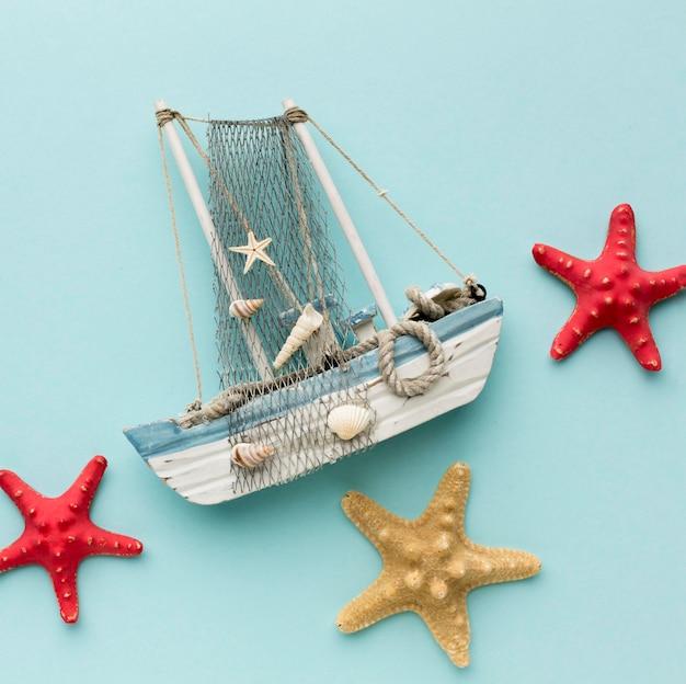 Вид сверху парусная лодка с концепцией морская звезда