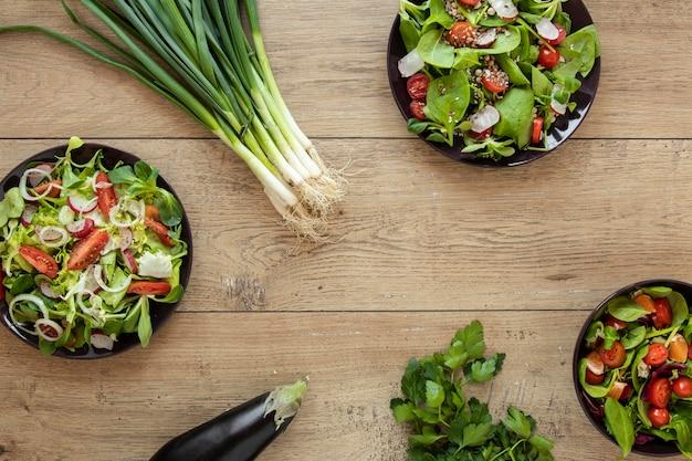テーブルの上の有機サラダ