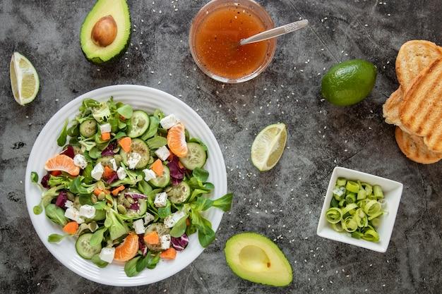 Вид сверху полезный салат с авокадо и тостами