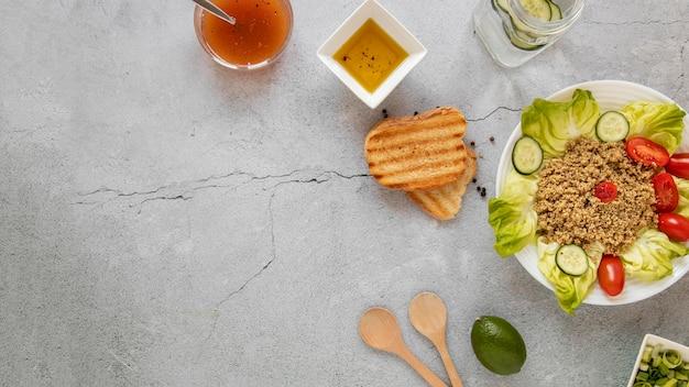 コピースペースのサラダとトーストパン
