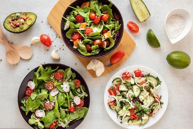 サラダと木の板
