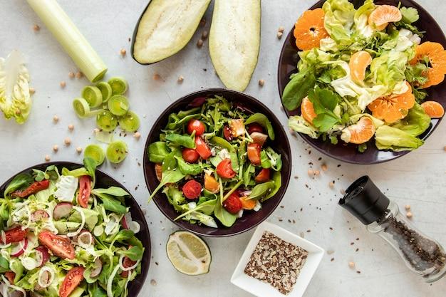 テーブルの上の果物と野菜のサラダ