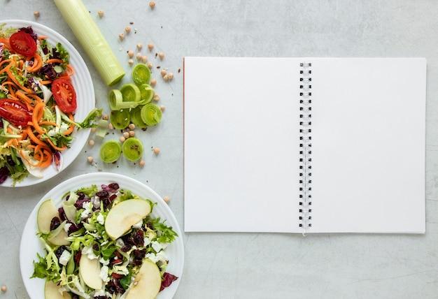 サラダプレート横のノート