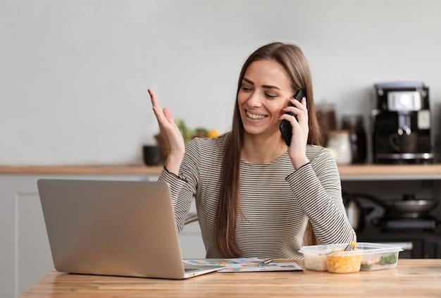 Женщина в перерыв на обед разговаривает по телефону