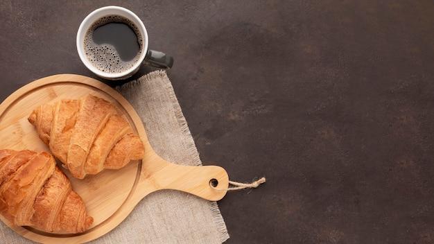 Кофе и круассаны копируют пространство