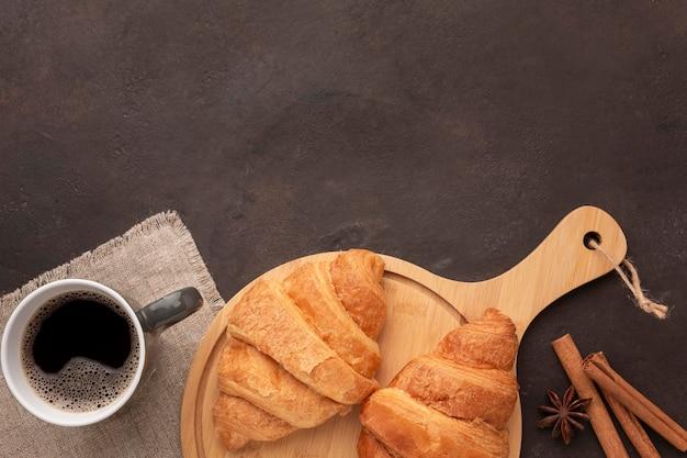 Круассаны и кофе лежат