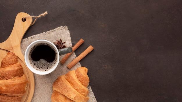 Вкусные круассаны и вид сверху кофе