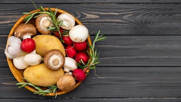 Вид сверху здоровой пищи в миске