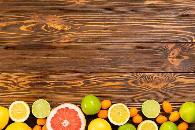 木製の背景にフルーツフレーム