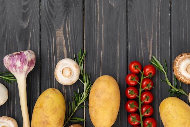 木製の背景に美味しい野菜