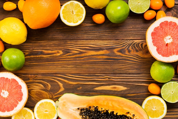 木製の背景においしいフルーツフレーム