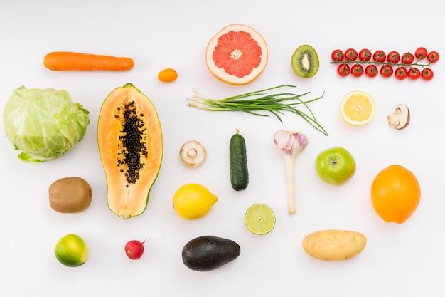 白い背景の上のおいしい果物
