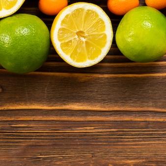 Выше вид вкусной фруктовой рамки