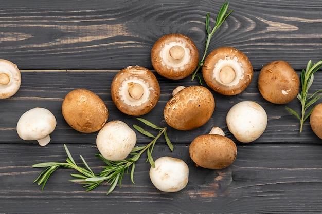 木製の背景にフラットレイアウト食品