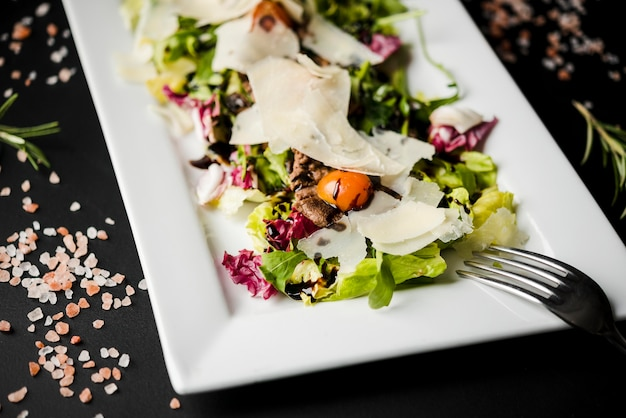 Здоровый салат с сыром крупным планом