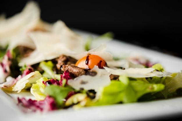 Свежий салат с сыром крупным планом