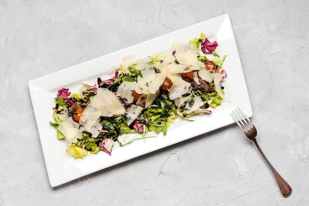 Свежий салат с творожной начинкой