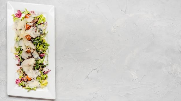 Полезный салат с копией пространства для сыра