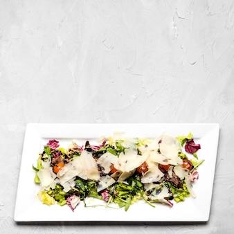 Свежий салат с копией пространства для сыра