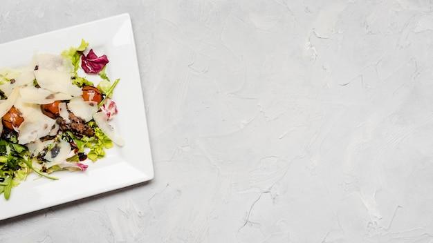 Вкусный салат с копией пространства для сыра