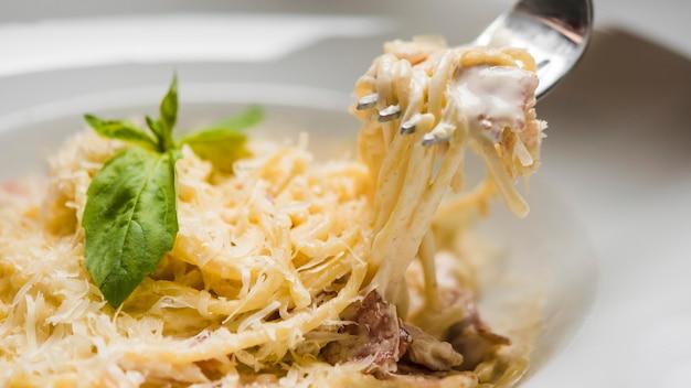 チーズのおいしいスパゲッティをクローズアップ