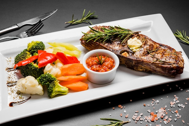 Жареная рыба со свежими овощами