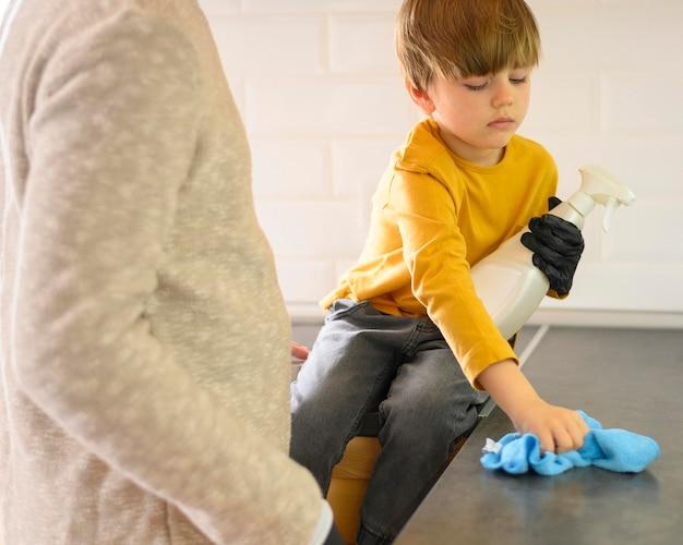 父と子が台所の正面を掃除