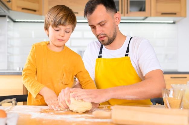 父と息子が生地を作る