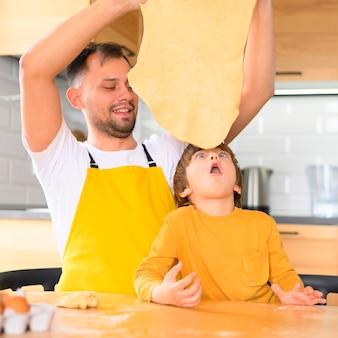 Сын смотрит на тесто