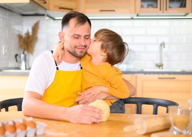 息子が父親の頬にキスをする