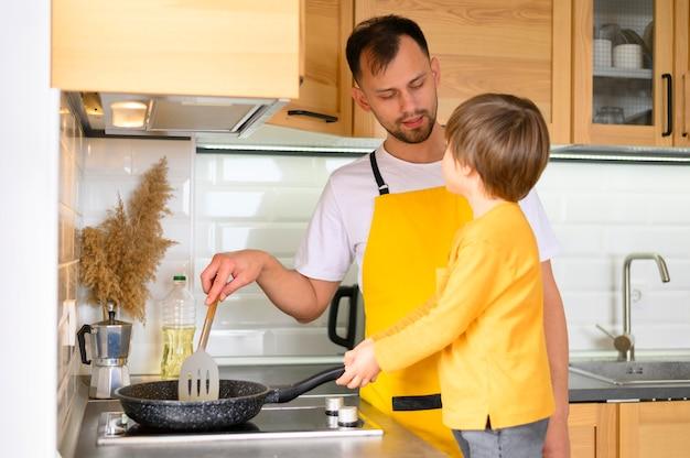 父と息子が台所でコークス