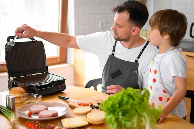 Отец и сын делают гамбургер