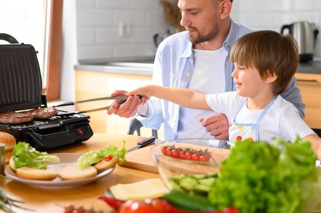 Моно-родительский отец и ребенок готовит еду