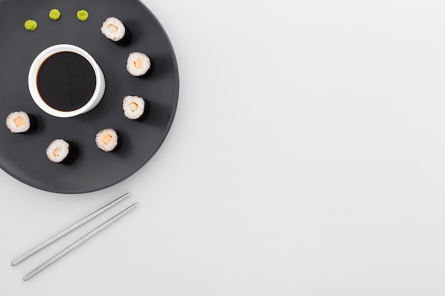 トップビューの巻き寿司と醤油コピースペース