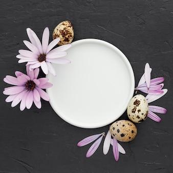 Вид сверху тарелка в окружении перепелиных яиц
