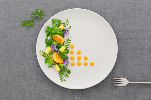 Вид сверху элегантная тарелка с вилкой