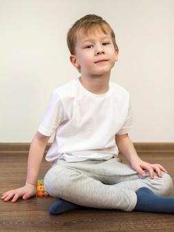 屋内の床に座っている子供