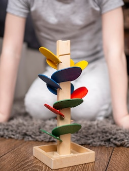 カラフルな木製ゲームで遊ぶ子供