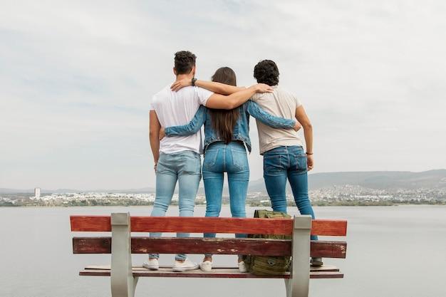 Юные друзья на скамейке
