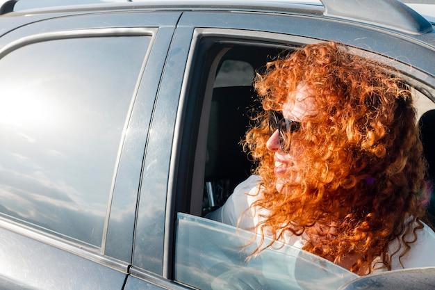車の中でハイアングルの女性