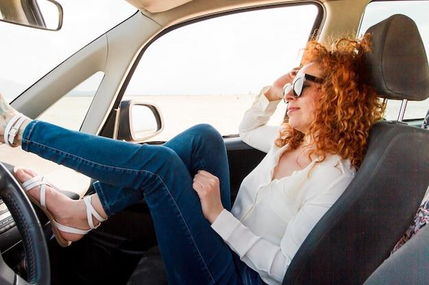 車の安静時の高角度の女性